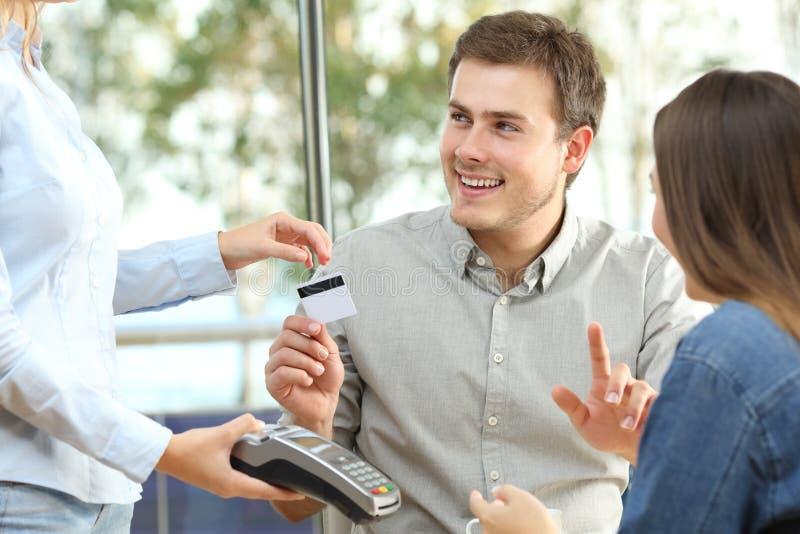 Par som är klara att betala förbrukning i en restaurang royaltyfria bilder