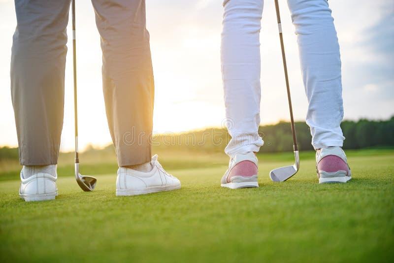Par som är klara att spela golf royaltyfria foton