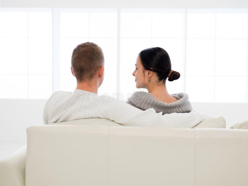 Par som är lyckliga med köpet av det nya huset royaltyfri fotografi