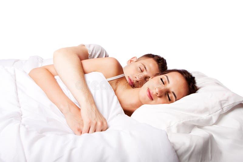 Par som är lyckliga sovande i säng royaltyfri fotografi
