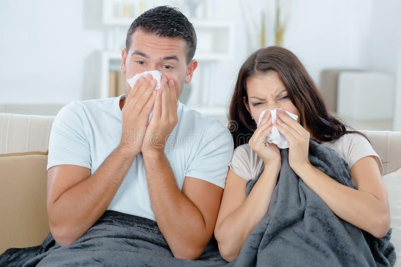 Par som är sjuka på soffan royaltyfria foton