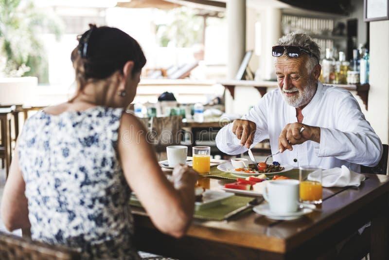 Par som äter en hotellfrukost arkivfoton