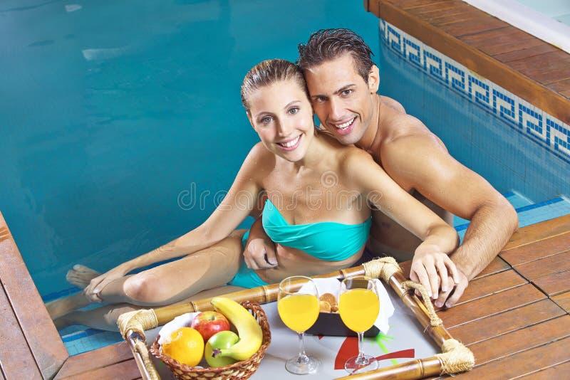 Par som äter frukosten i simning royaltyfria foton