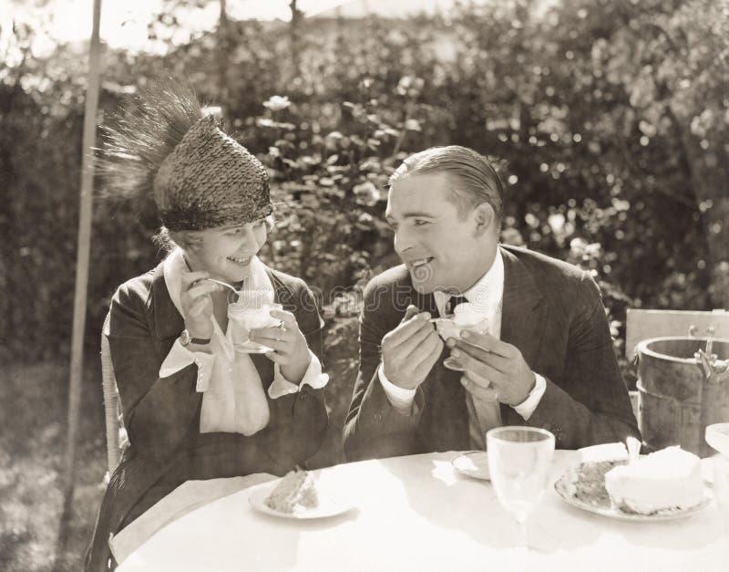 Par som äter glass och kakan royaltyfri fotografi