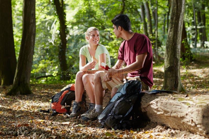 Par som äter mellanmål, når trekking arkivfoton