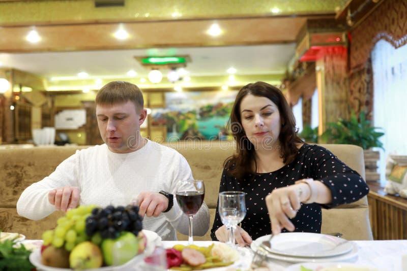 Par som äter middag i restaurang arkivbild