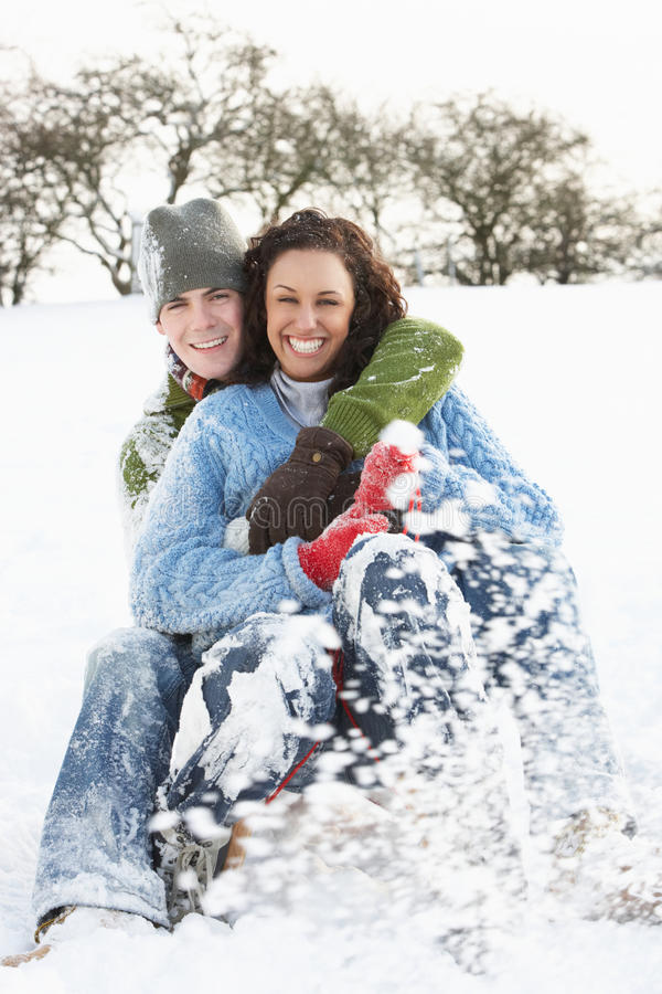 par som åka släde snöig skogsmark royaltyfria foton