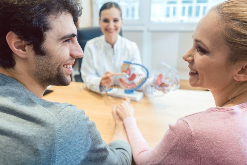 Par som önskar att ha barn i fruktsamhet klinik med doktorn arkivbild