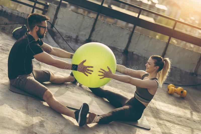 Par som övar med en pilatesboll royaltyfri bild