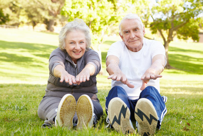 par som övar pensionären royaltyfri bild