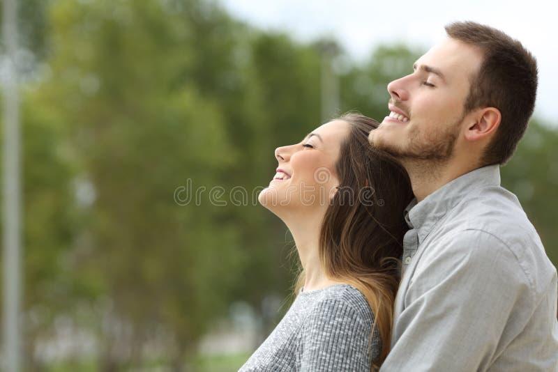 Par som andas ny luft i en parkera royaltyfri fotografi