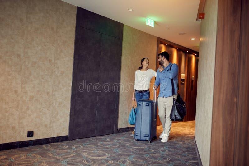 Par som ankommer på hyra för sommarsemester fotografering för bildbyråer