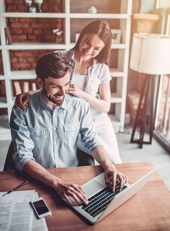 Par som arbetar i kafé arkivfoton