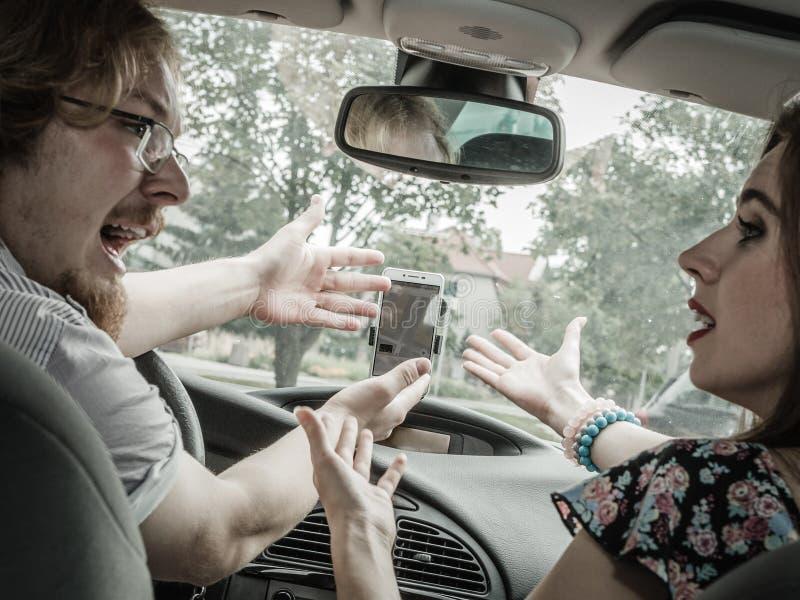 Par som argumenterar i bil arkivbild