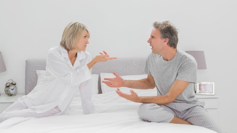 Par som argumenterar i sovrum arkivfoton