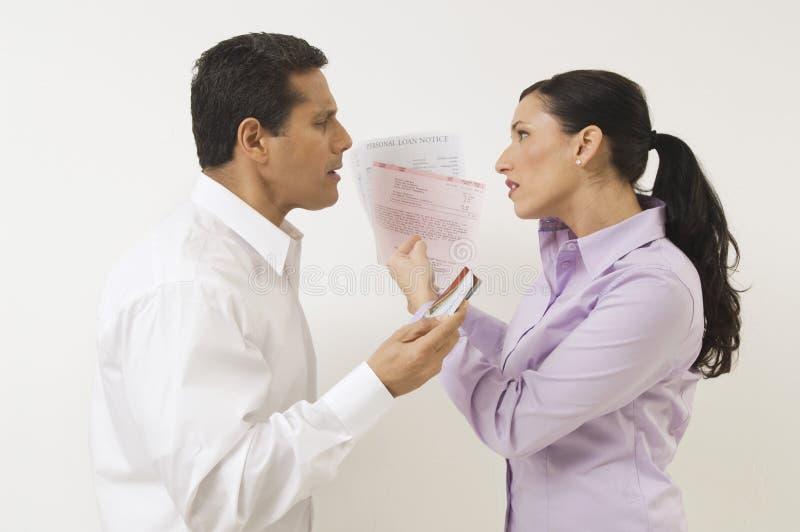 Par som argumenterar om kostnader arkivbild