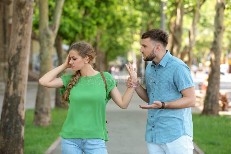 Par som argumenterar på gatan Problem i förhållande arkivfoto