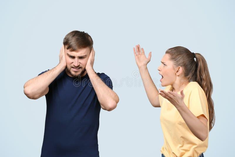 Par som argumenterar på ljus bakgrund royaltyfria bilder
