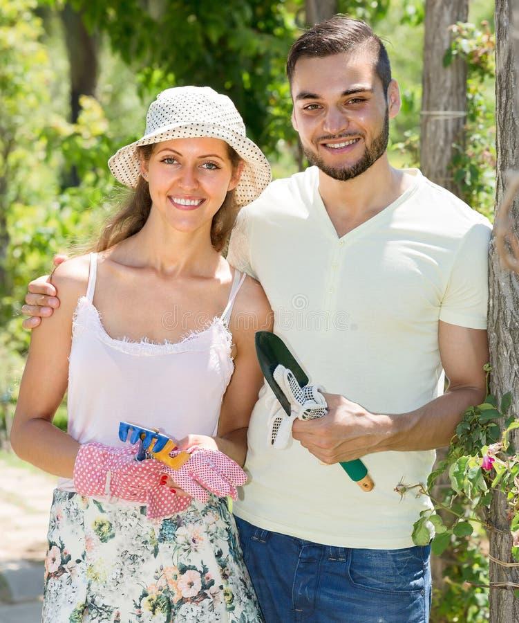 Par som att bry sig deras trädgård royaltyfri fotografi