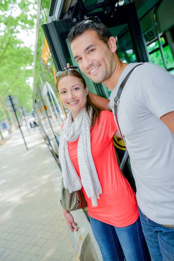 Par som av får bussen arkivbild