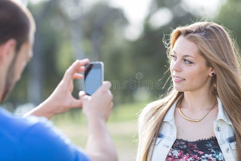Par som bär ett foto arkivfoto
