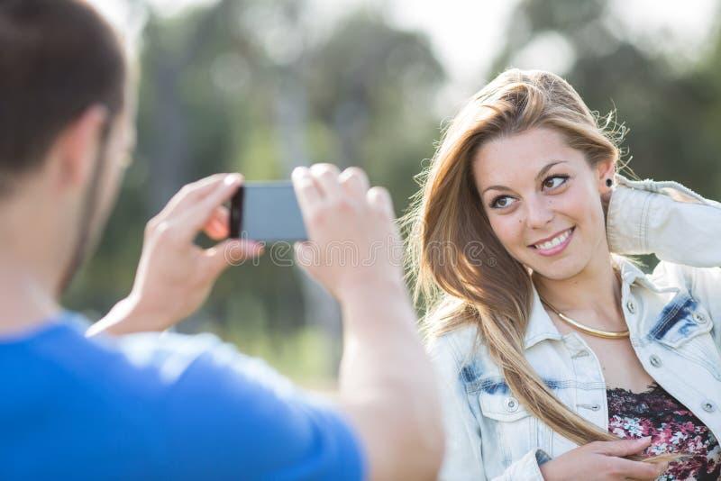 Par som bär ett foto royaltyfri foto