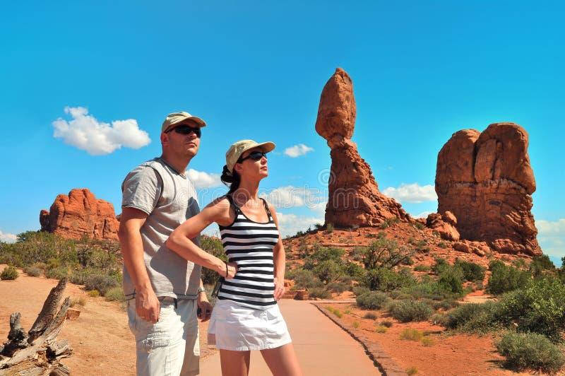 Par som balanseras nära, vaggar i bågenationalparken USA royaltyfria foton