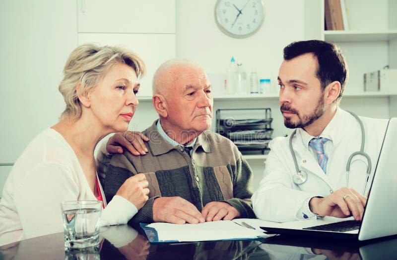 Par som besöker doktorn arkivbilder
