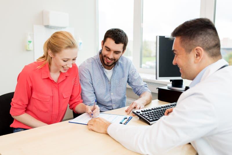 Par som besöker doktorn på familjeplaneringkliniken fotografering för bildbyråer
