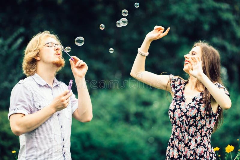 Par som blåser utomhus- bubblor royaltyfria foton