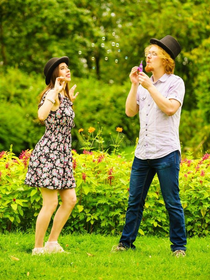 Par som blåser utomhus- bubblor royaltyfri fotografi