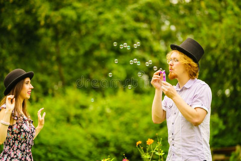 Par som bl?ser utomhus- bubblor royaltyfri bild