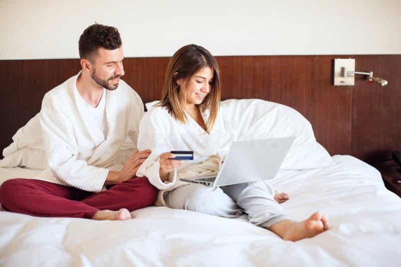 Par som bokar en turnera med bärbara datorn fotografering för bildbyråer