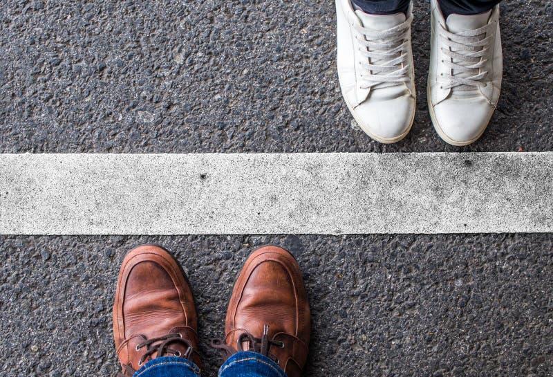 Par som delas av en vit linje arkivfoto