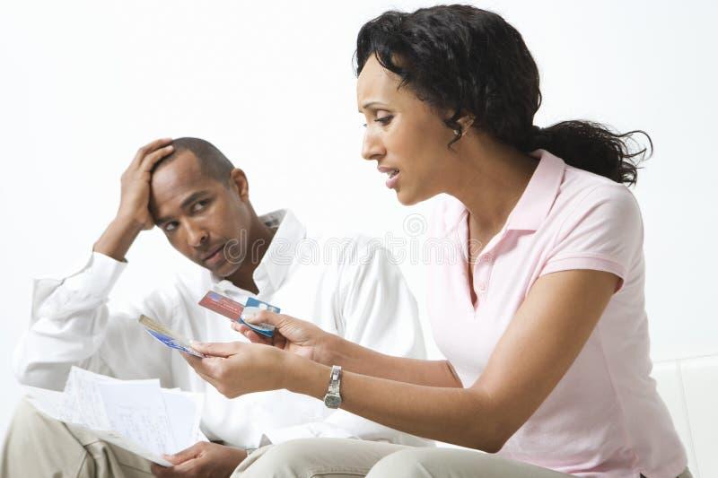 Par som diskuterar räkningar royaltyfri fotografi