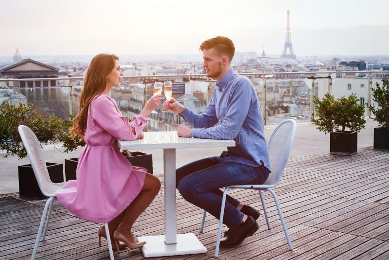 Par som dricker champagne i lyxig restaurang royaltyfri foto