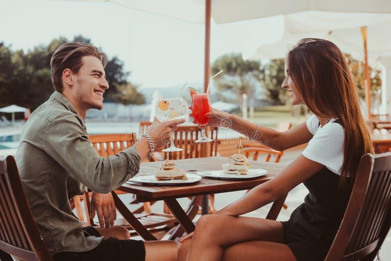Par som dricker coctailar fotografering för bildbyråer