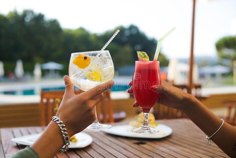 Par som dricker coctailar royaltyfria bilder