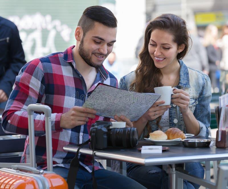 Par som dricker kaffe i restaurang royaltyfri fotografi