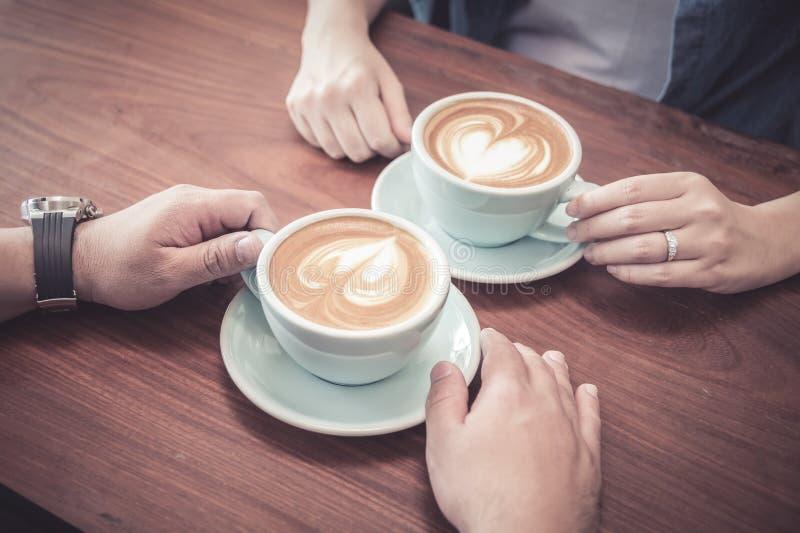 Par som dricker kaffe på kafét royaltyfri fotografi