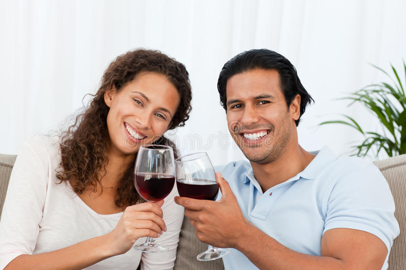 par som dricker lycklig röd sittande sofawine royaltyfria bilder