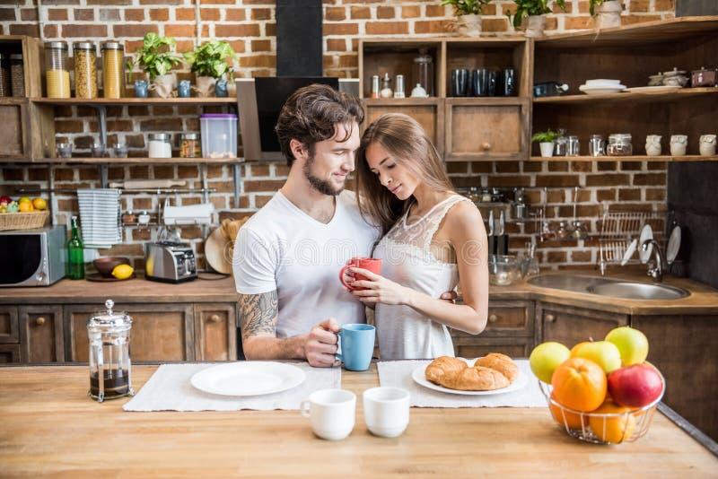 par som dricker lycklig tea royaltyfria bilder