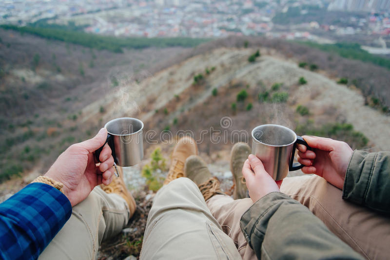 Par som dricker te i bergen royaltyfria bilder