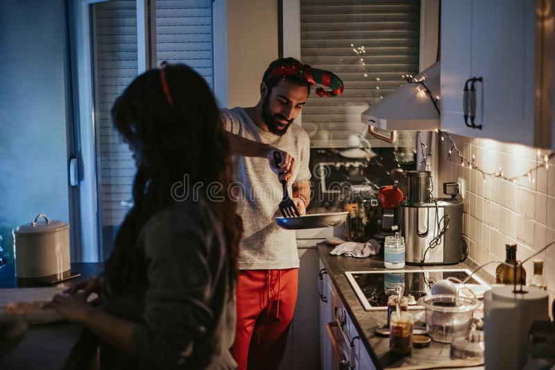 Par som förbereder julmatställen i köket arkivfoto