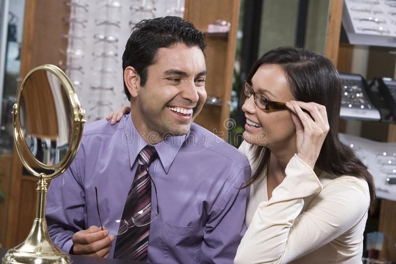 Par som försöker på exponeringsglas på, shoppar royaltyfri fotografi