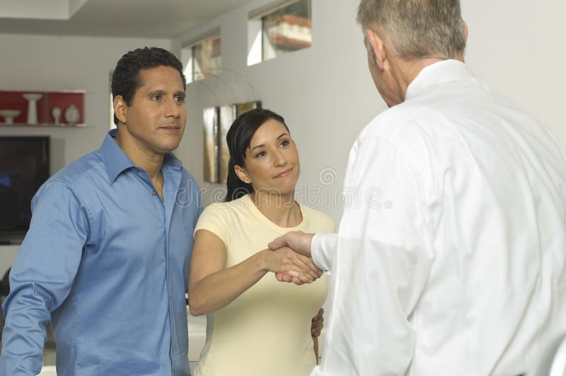 Par som förseglar ett avtal med den finansiella rådgivaren arkivbild