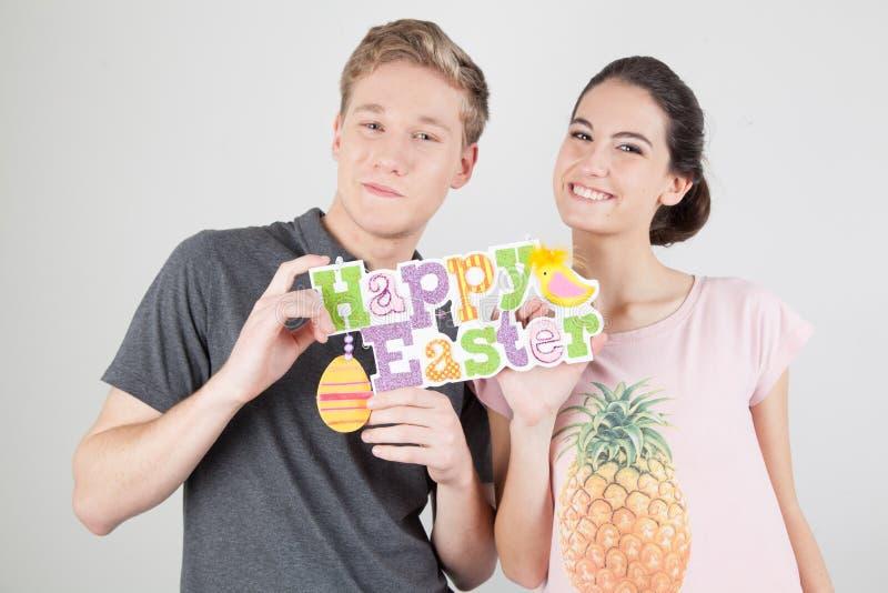 Par som firar easter royaltyfri fotografi