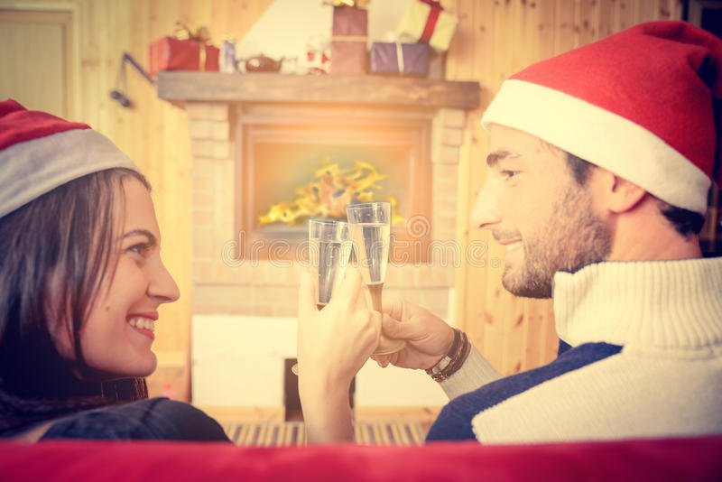 Par som firar helgdagsafton för jul och nytt års royaltyfri bild