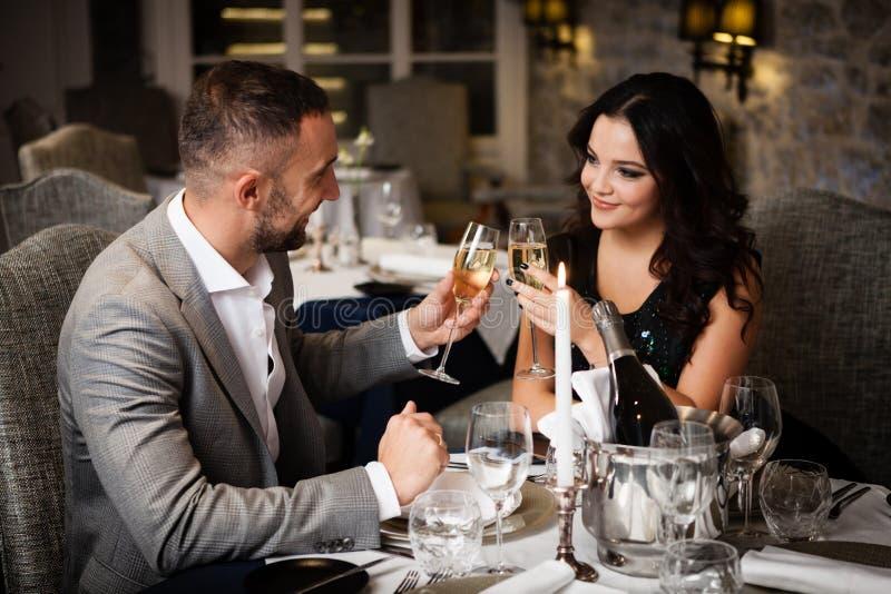 Par som firar i restaurang royaltyfri foto