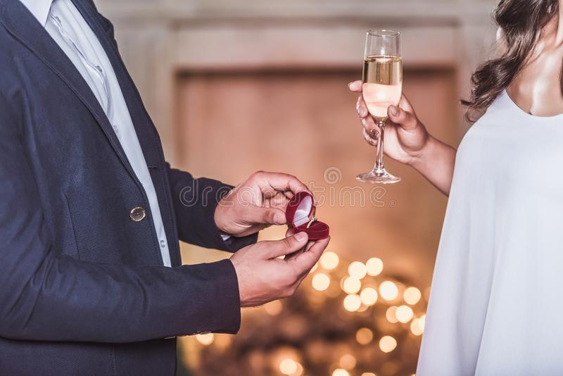 Par som firar nytt år royaltyfria bilder